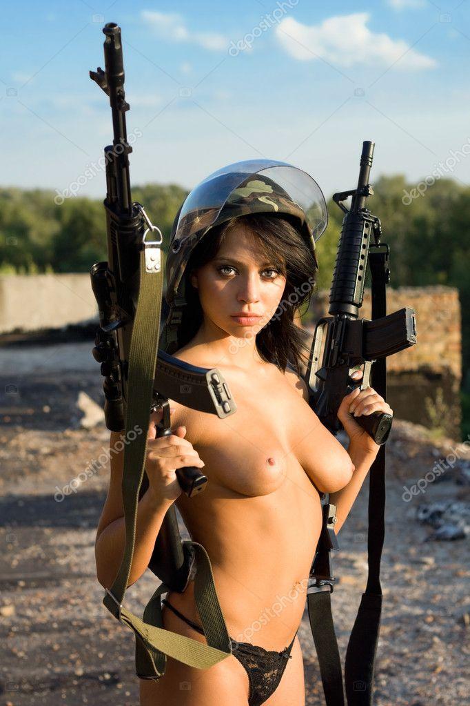 Обнаженной Грудью Девушки С Ружьем Фото